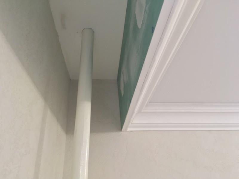 Натяжной потолок до трубы отопления с нишей для гардины и декоративным карнизом.